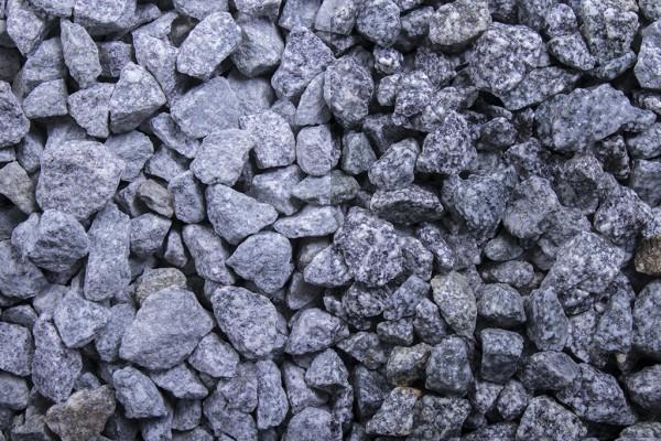 Pfeffer und Salz Splitt 8 - 16 mm trockener und nasser Zustand