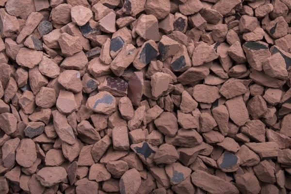 Ziegel Splitt 8 - 16 mm trockener und nasser Zustand