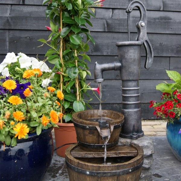 Wasserspiel Las Vegas Schwengelpumpe mit Fässern