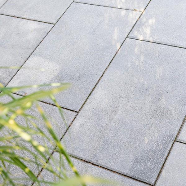 Terrassenplatte Rustica weiss schwarz 60x40x4 cm Beispiel