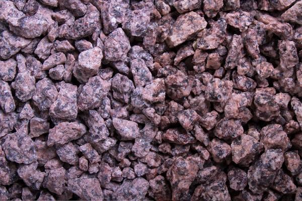 Irischer Granit Splitt 8 -16 mm trockener und nasser Zustand
