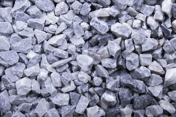 Kristall blau Splitt 8 - 16 mm trockener und nasser Zustand