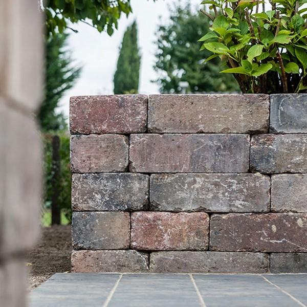 Mauerstein Antik herbstlaub
